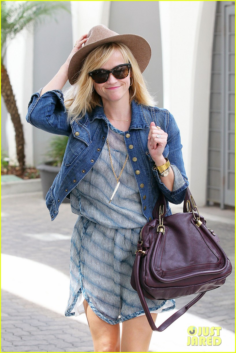 reese witherspoon hat almost blows away 023075686