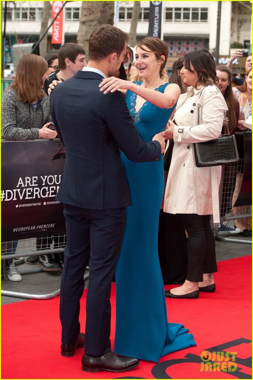 shailene woodley hugs theo james on divergent red carpet 11
