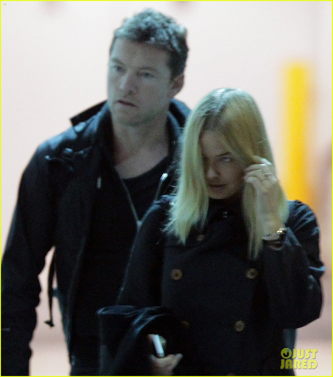 sam worthington arrives at sydney airport with lara bingle 043069228