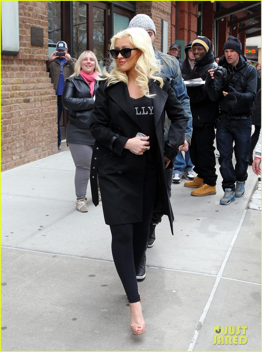 christina aguilera keeps her baby bump covered with chic black trench 01