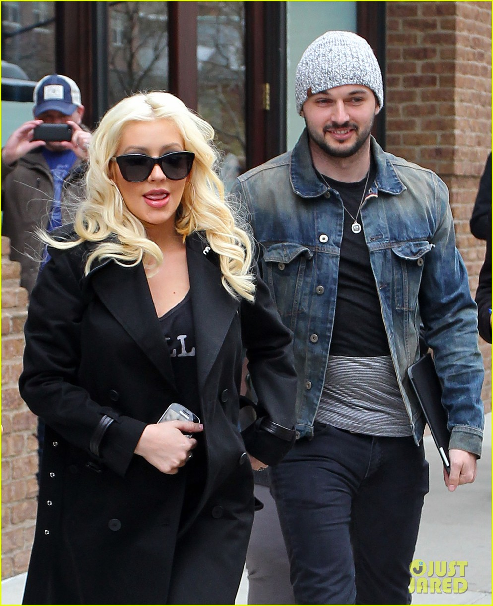 christina aguilera keeps her baby bump covered with chic black trench 023094577