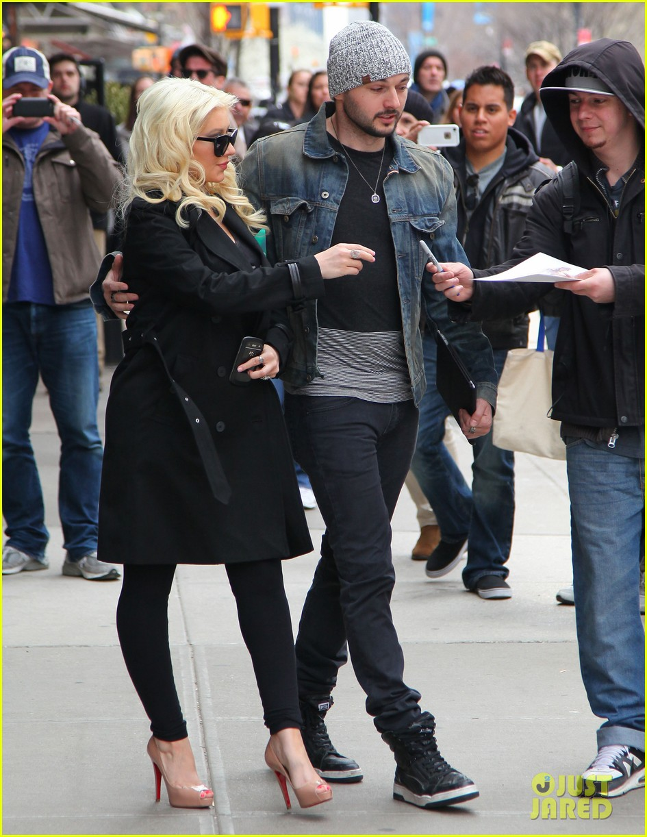 christina aguilera keeps her baby bump covered with chic black trench 09