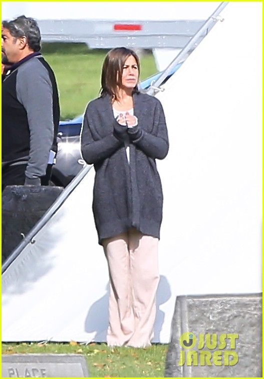 jennifer aniston begins filming cake in a grave yard 08