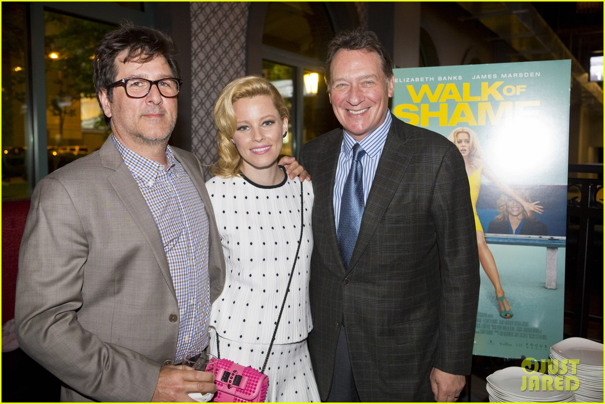 elizabeth banks attends screening for walk of shame watch the trailer now 01