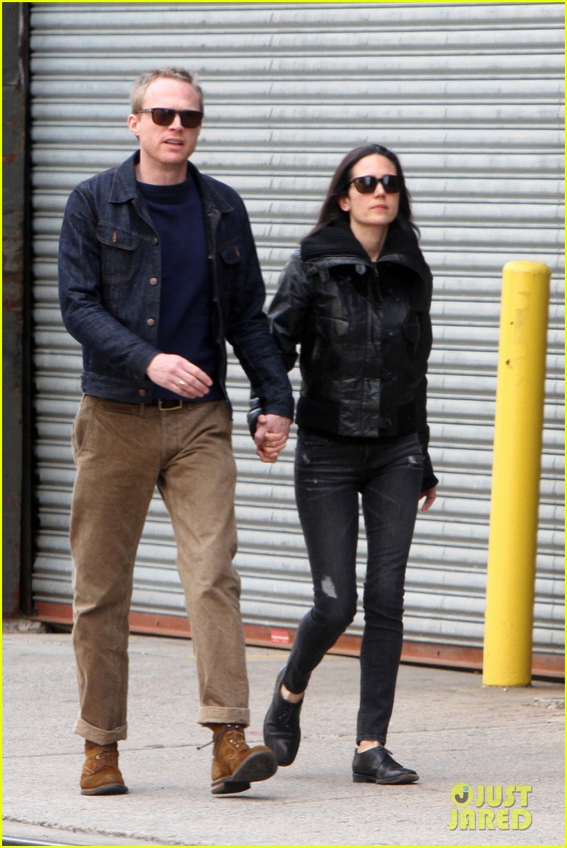 paul bettany holds jennifer connellys hand instead of a cane 04