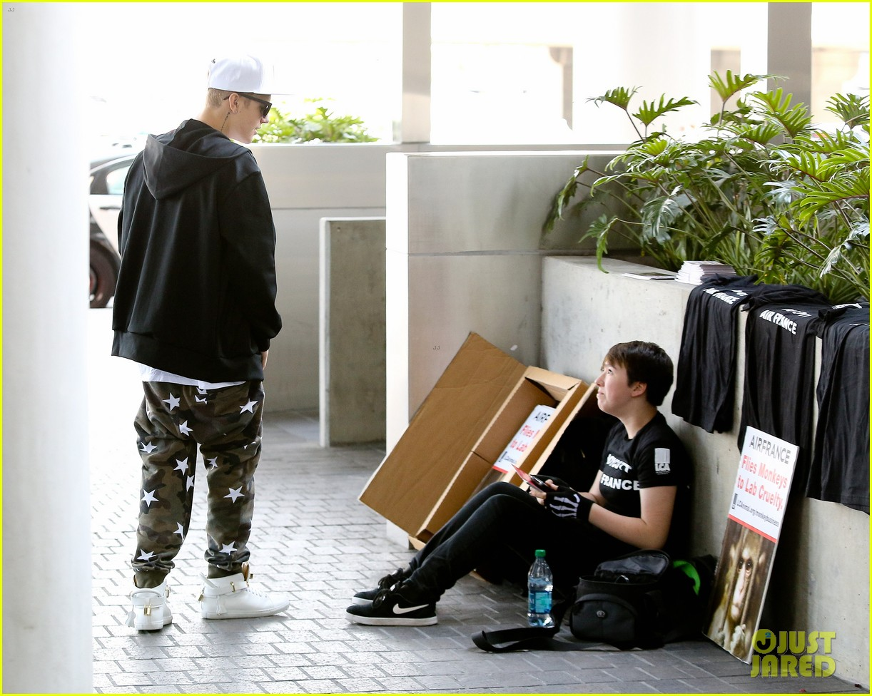 justin bieber pants slide down low airport 093096159