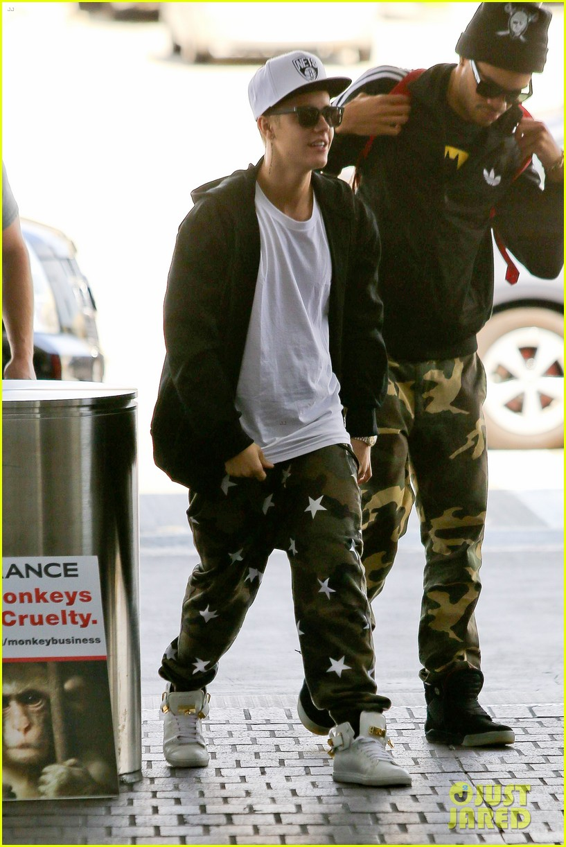 justin bieber pants slide down low airport 143096164