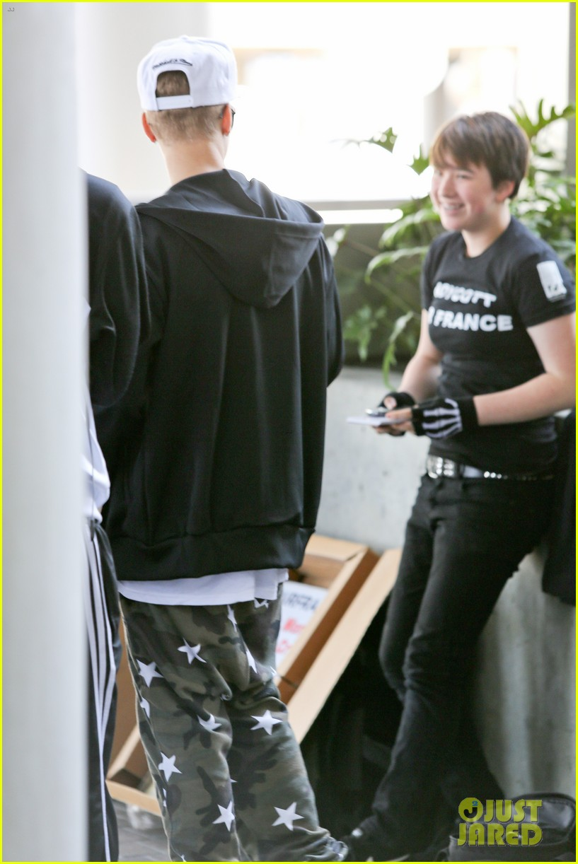 justin bieber pants slide down low airport 183096168
