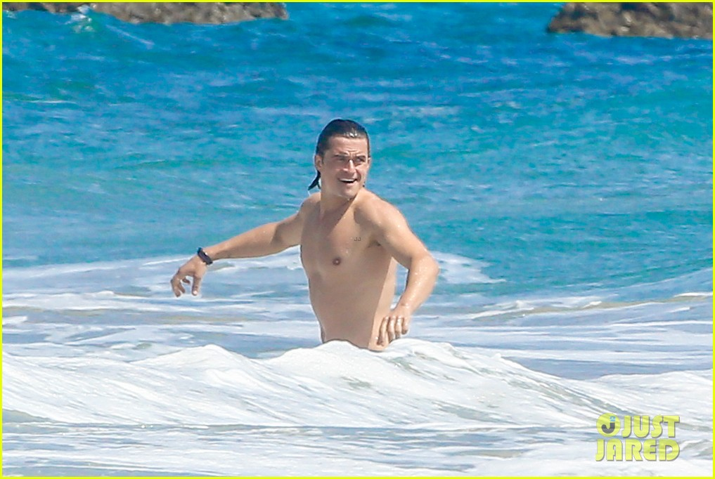 orlando bloom shirtless beach body 103096192
