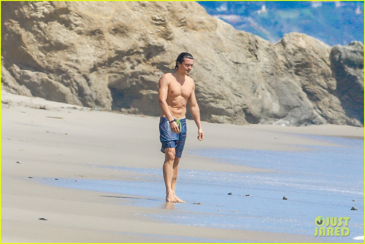 orlando bloom shirtless beach body 20