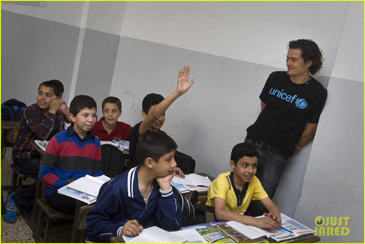 orlando bloom visits syrian refugees in jordan 033091850