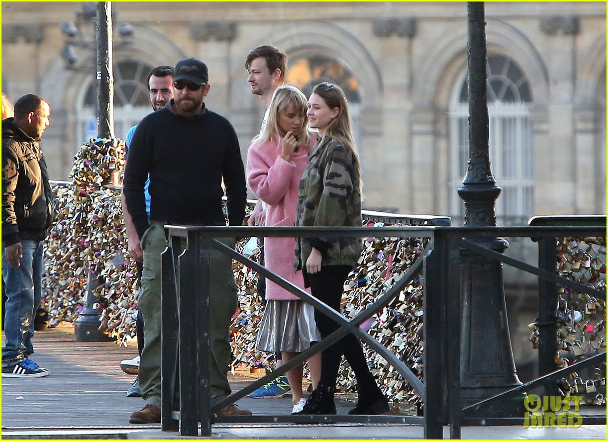 bradley cooper suki waterhouse romantic stroll paris 02