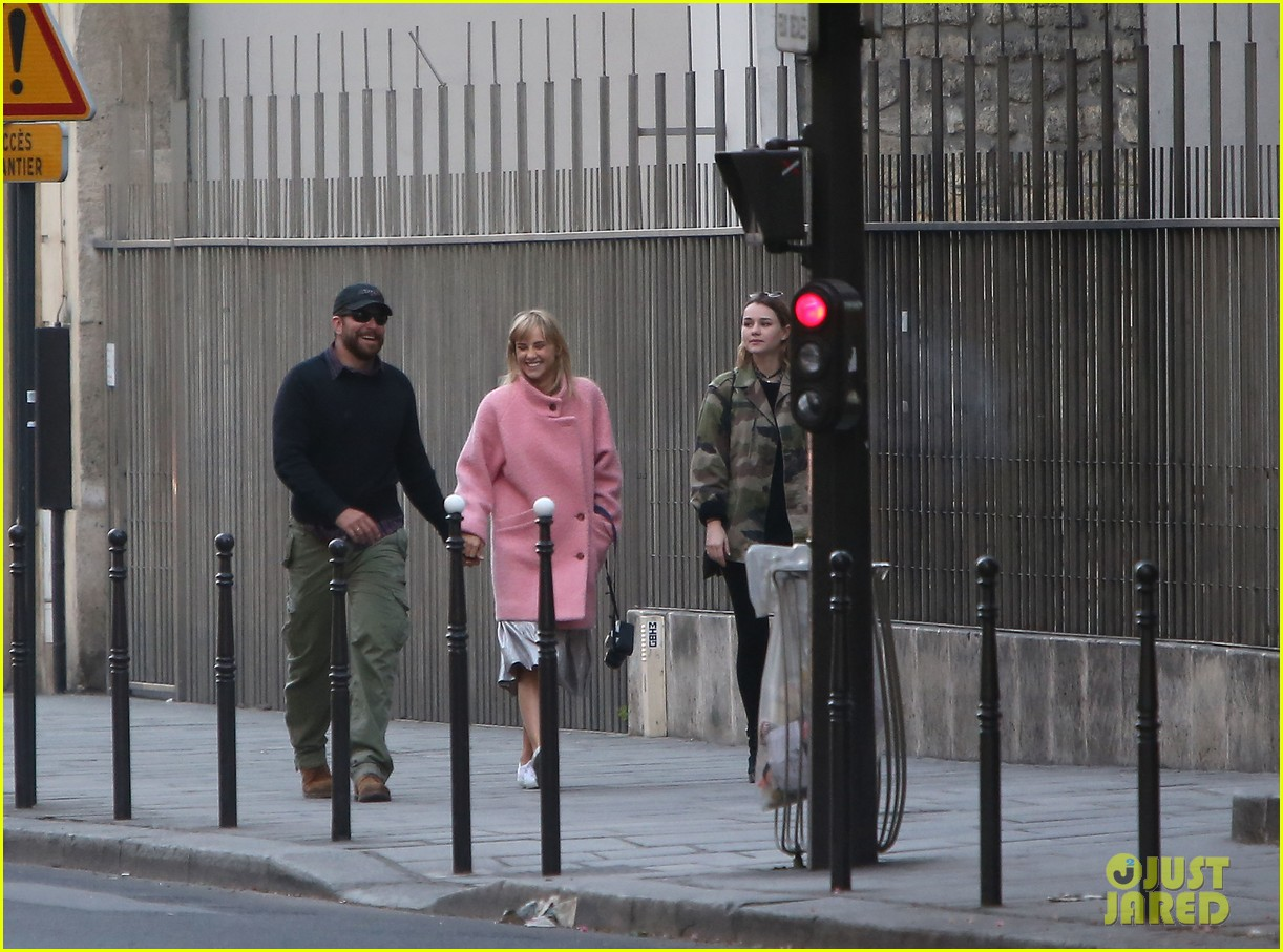 bradley cooper suki waterhouse romantic stroll paris 043095787