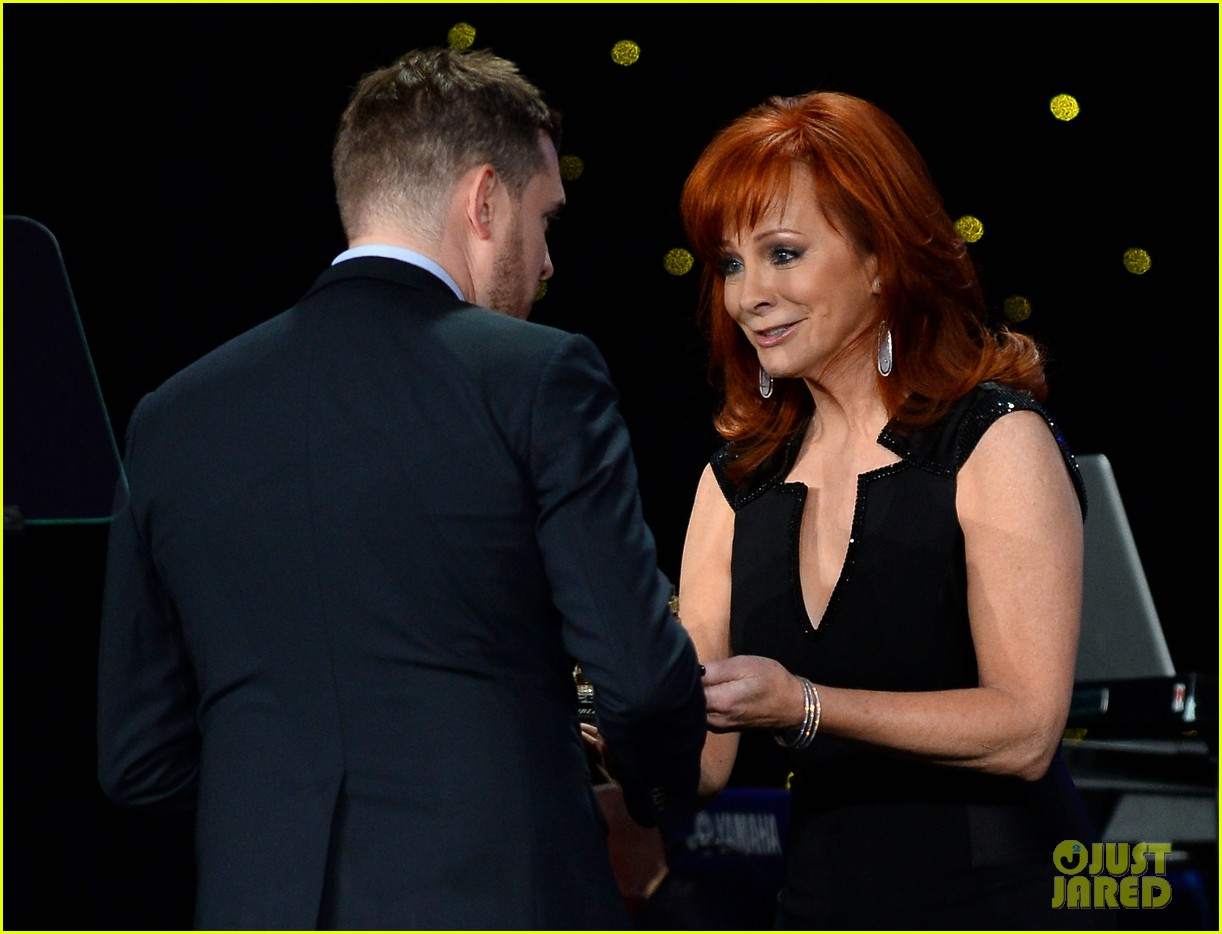 michael buble receives muhammad ali humanitarian award 07