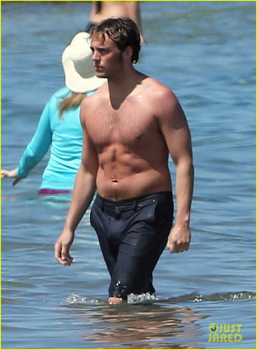 sam claflin goes shirtless again in hawaii 09