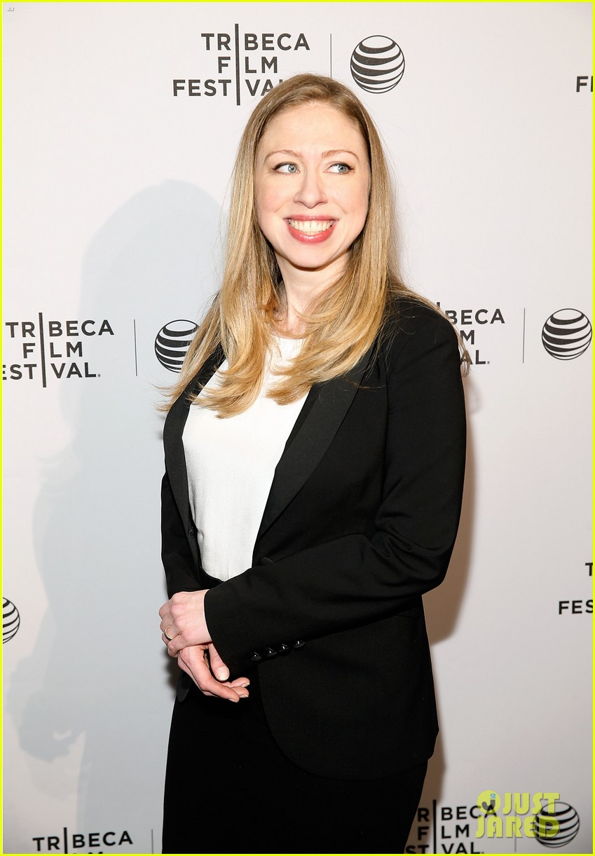 pregnant chelsea clinton hits red carpet 03