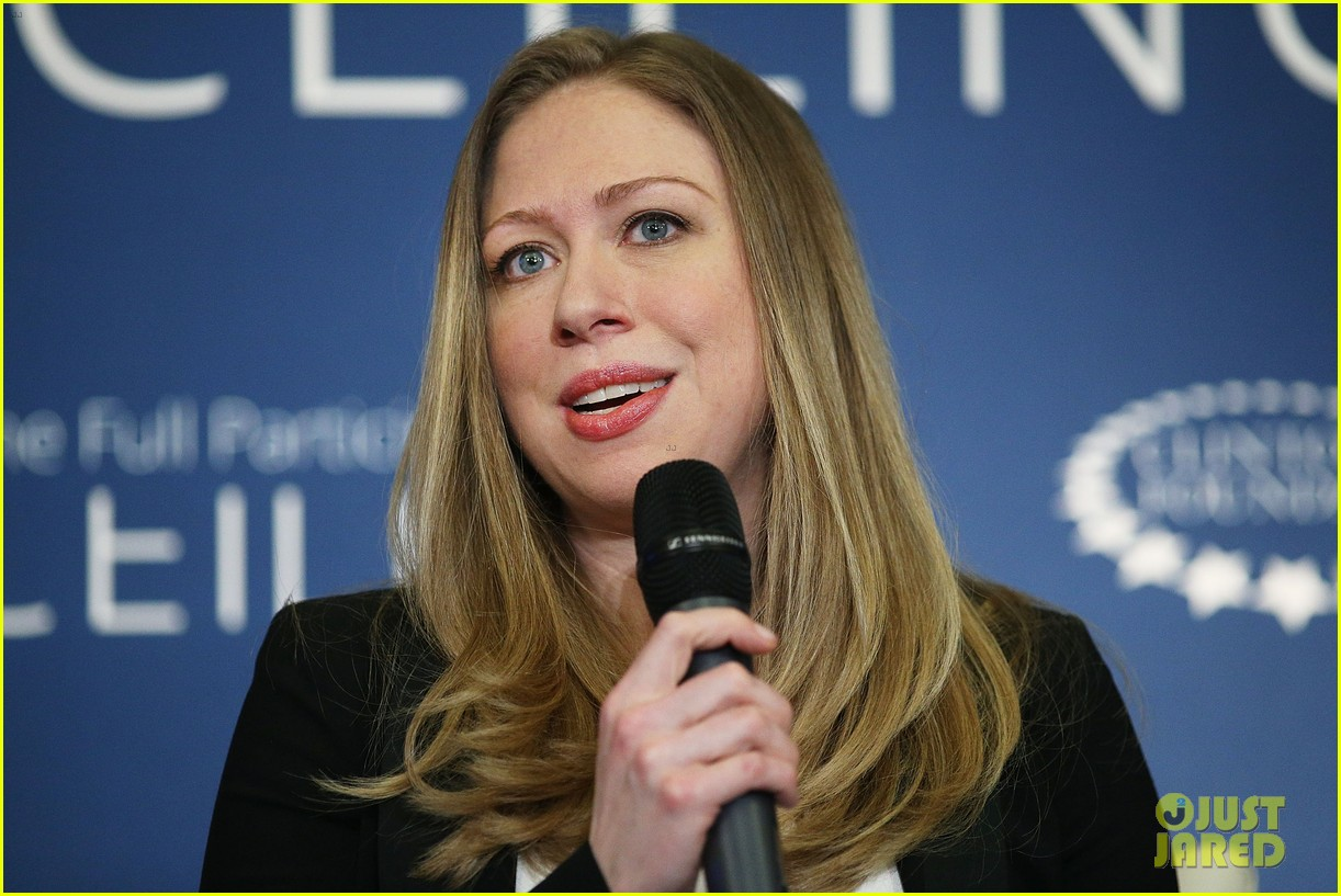 pregnant chelsea clinton hits red carpet 13