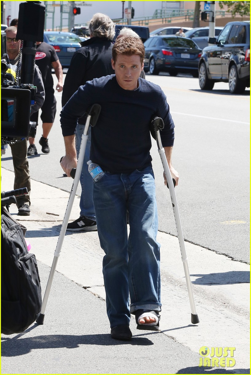 kevin connolly returns to entourage set after breaking his leg 02