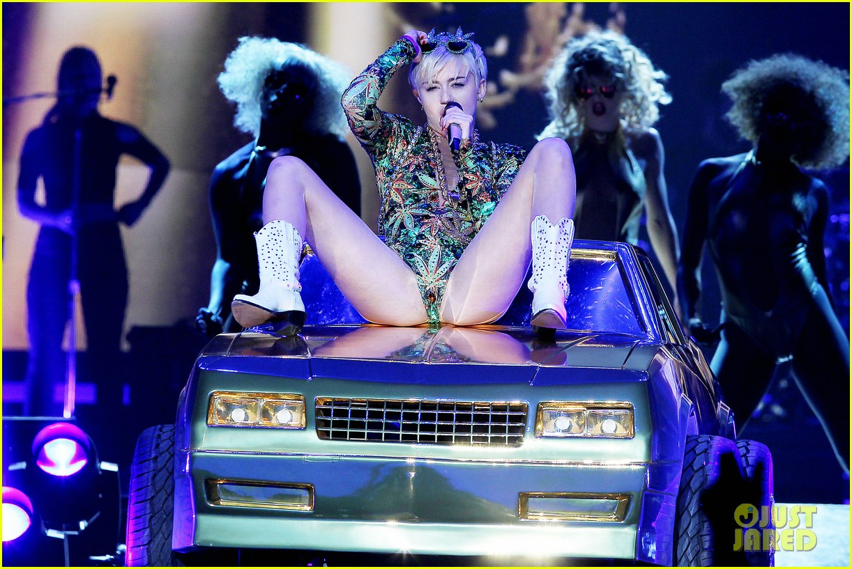 miley cyrus hits the stage despite being miserable 253084197