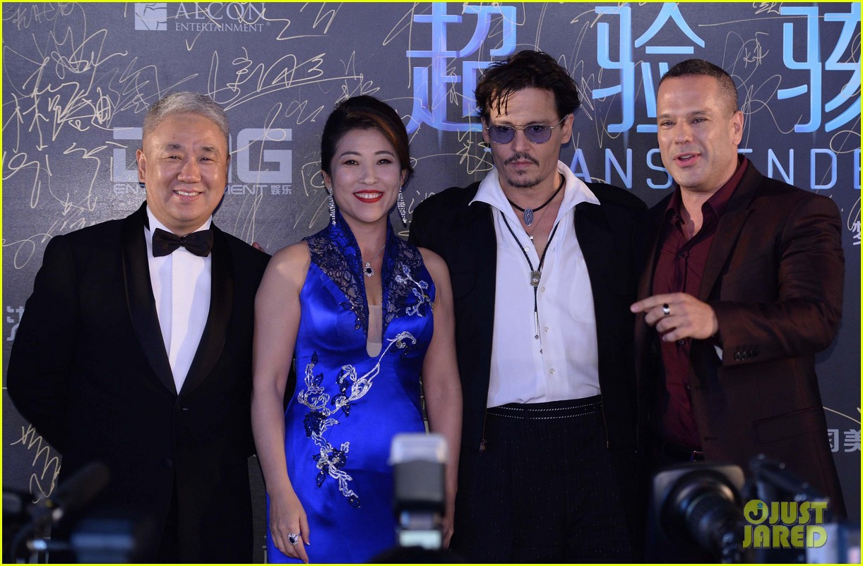 johnny depp hits the transcendence premiere 02