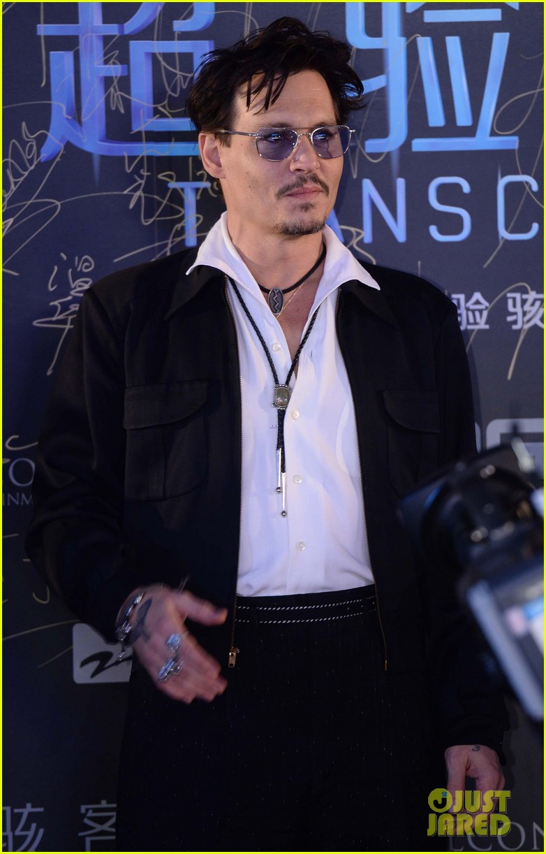johnny depp hits the transcendence premiere 06