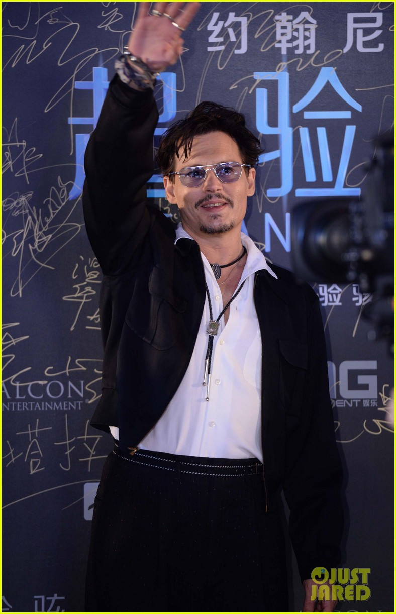 johnny depp hits the transcendence premiere 15