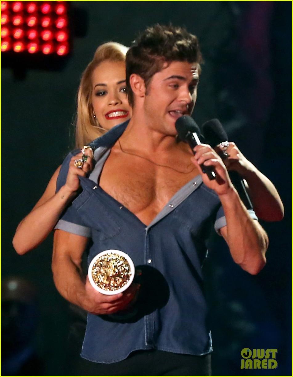 zac efron interviewed shirtless mtv movie awards 073092157