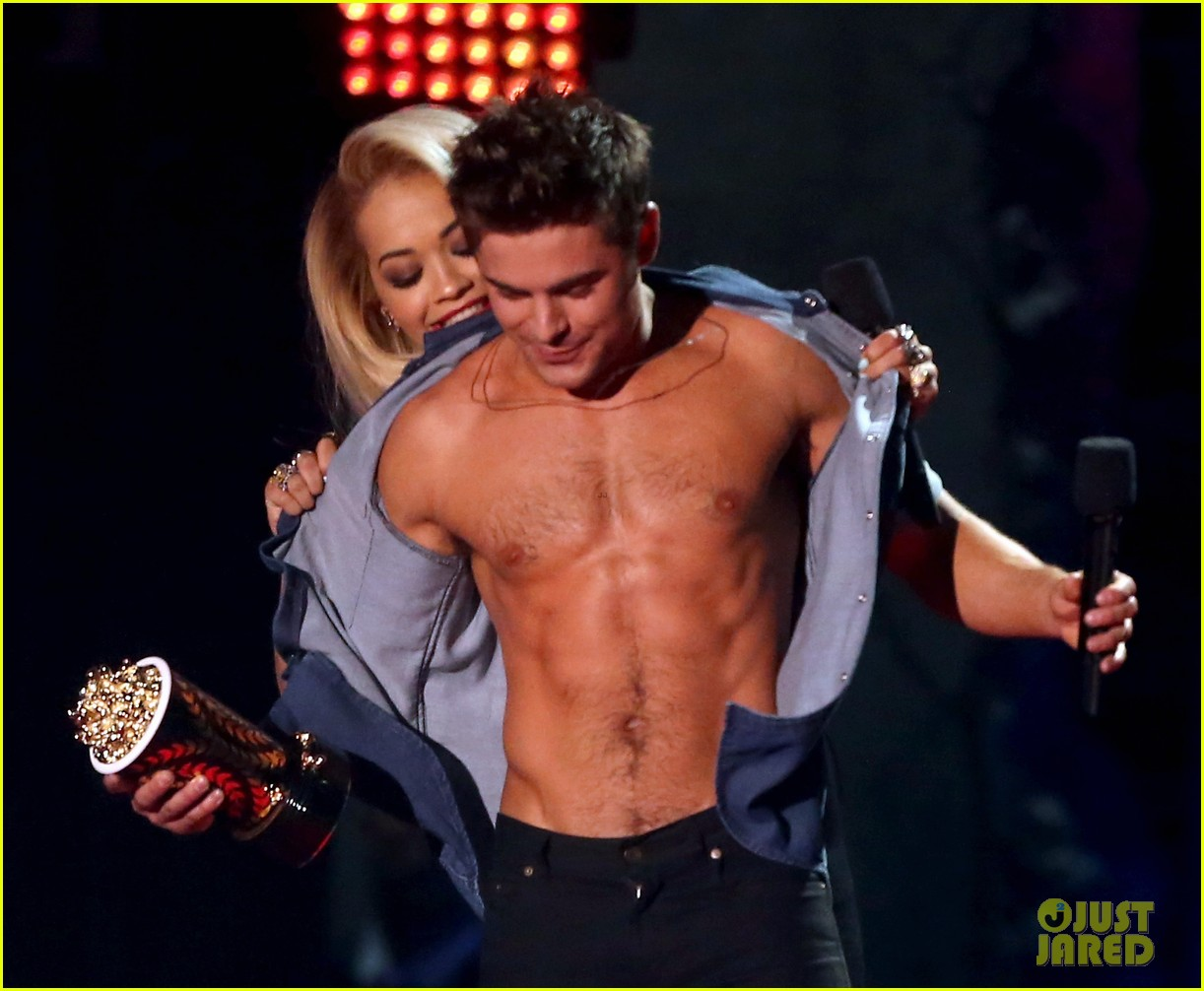 zac efron interviewed shirtless mtv movie awards 14