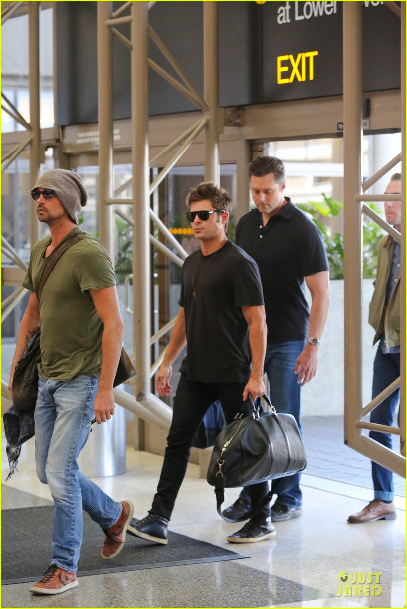 zac efron guns stop traffic at lax 08