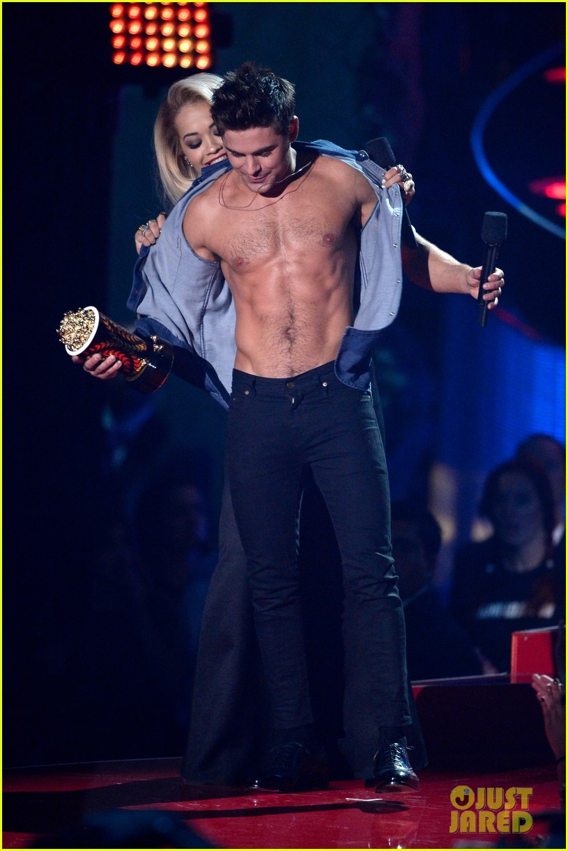 more zac efron shirtless photos mtv movie awards 2014 27