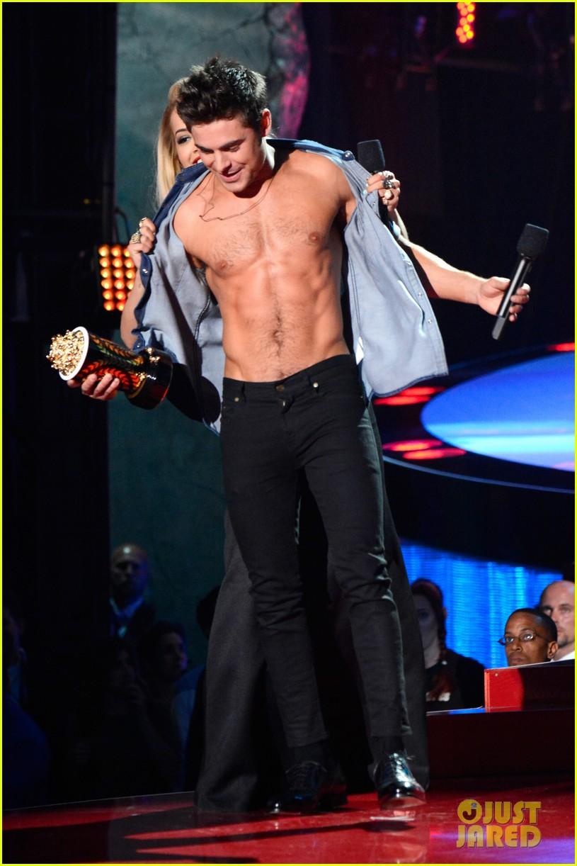 zac efron shirtless mtv movie awards 2014 03