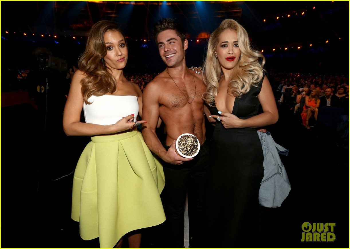 zac efron shirtless mtv movie awards 2014 08