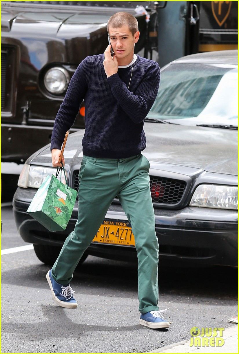 andrew garfield new buzz cut suit him well 063097975
