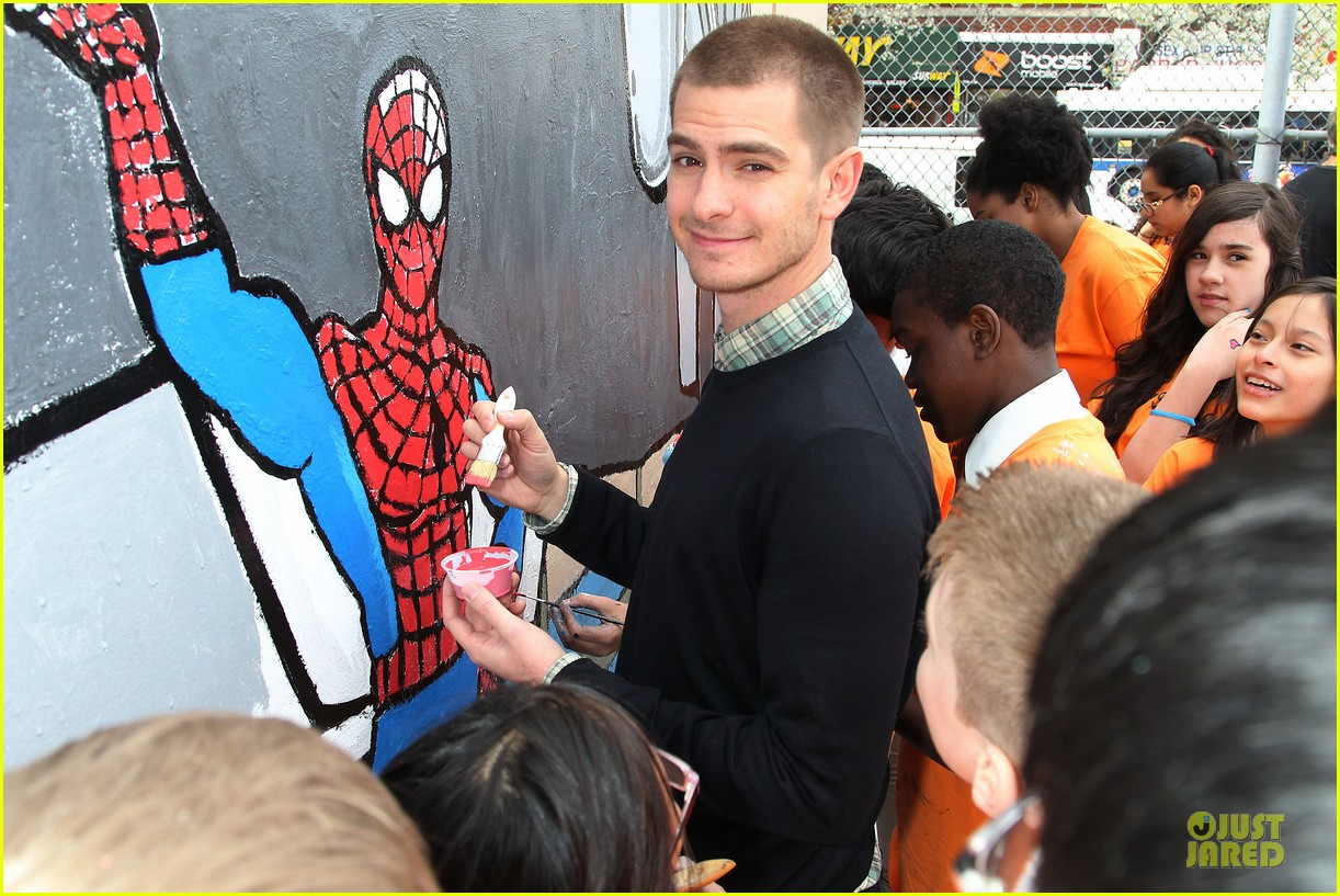 andrew garfield emma stone heart of gold at volunteer day 26