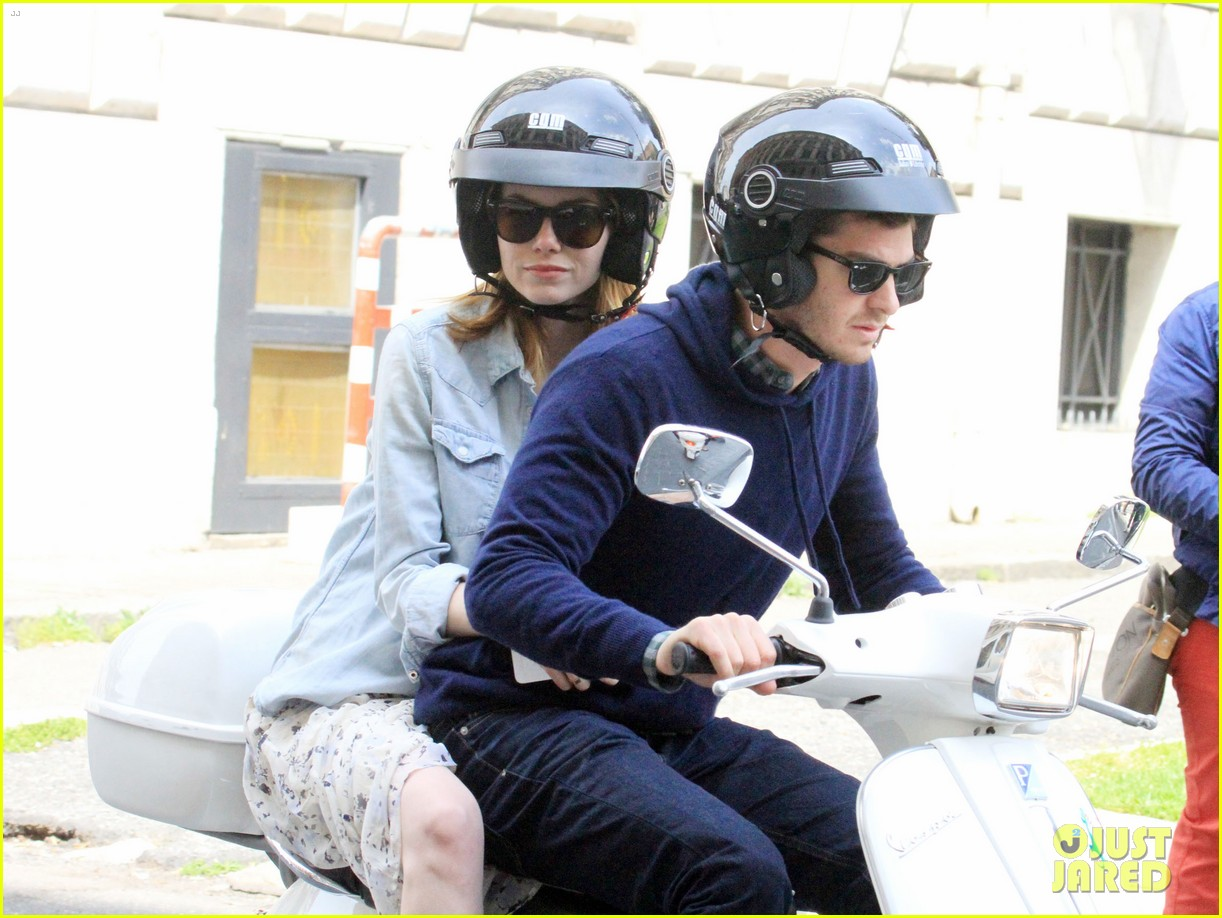andrew garfield emma stone romantic vespa ride 033090973