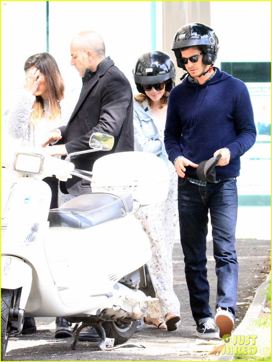 andrew garfield emma stone romantic vespa ride 043090974