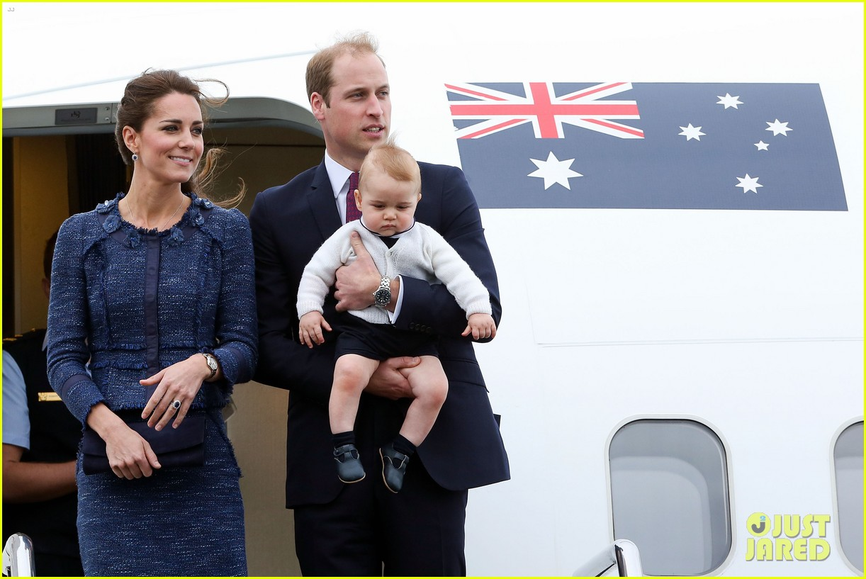 prince george makes appearance parents play with puppies 063092941