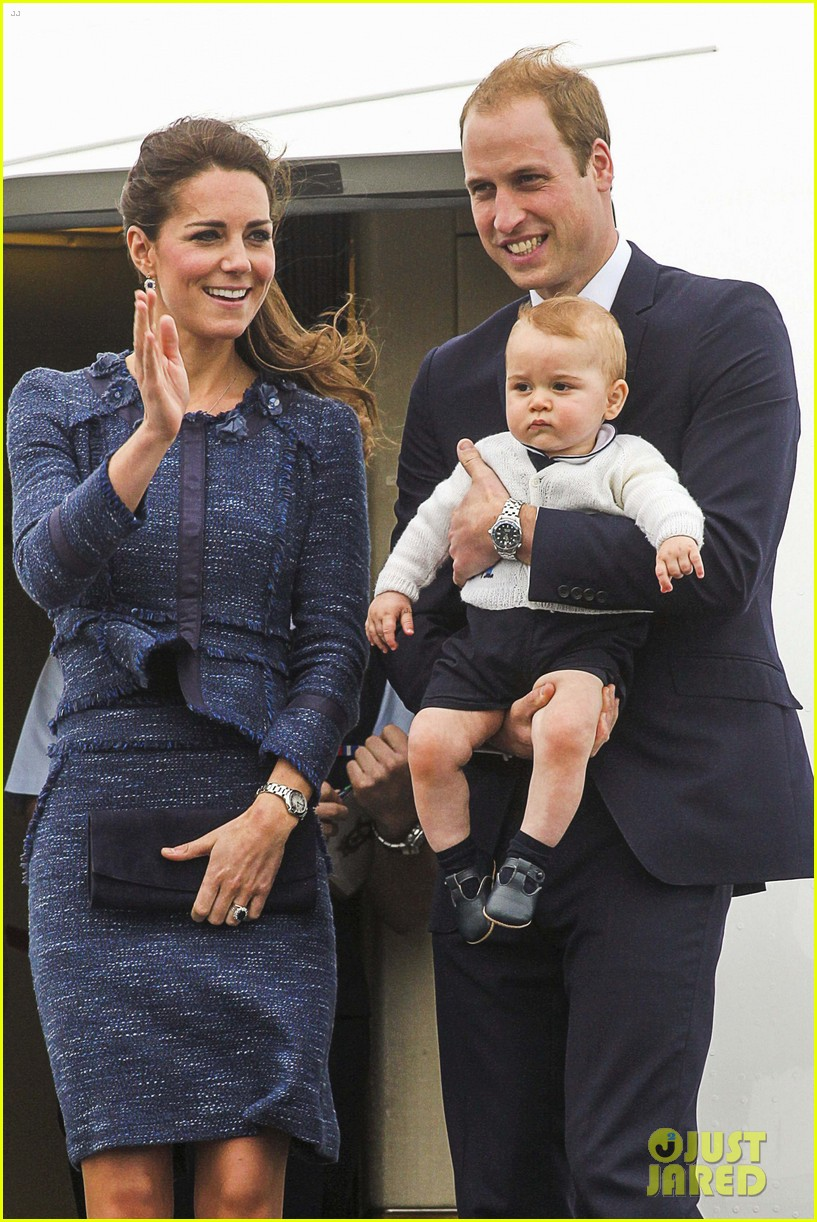 prince george makes appearance parents play with puppies 273092962