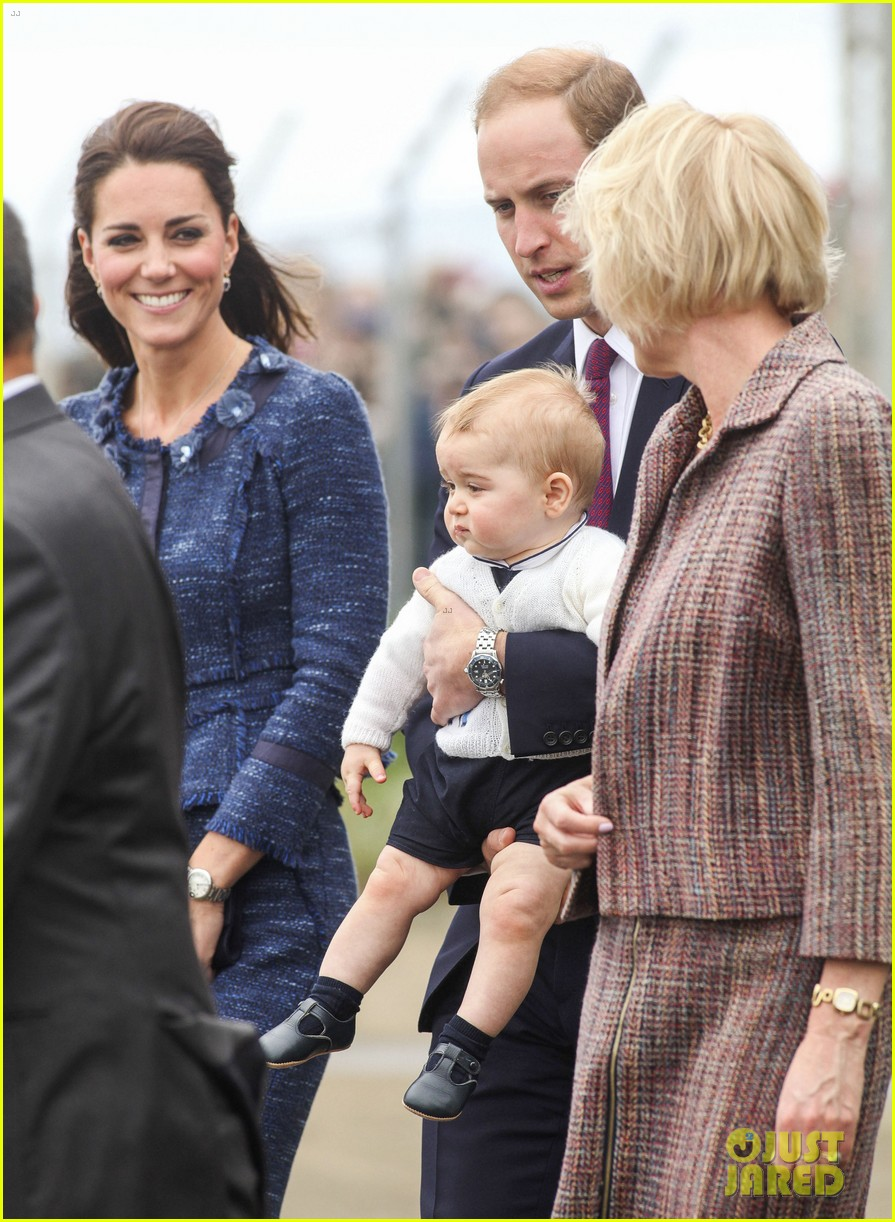 prince george makes appearance parents play with puppies 333092968
