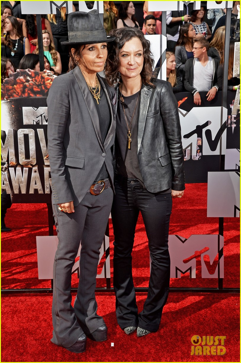 Sara Gilbert Linda Perry Step Out As Married At Mtv Movie Awards 2017 Photo 3091050 Pictures
