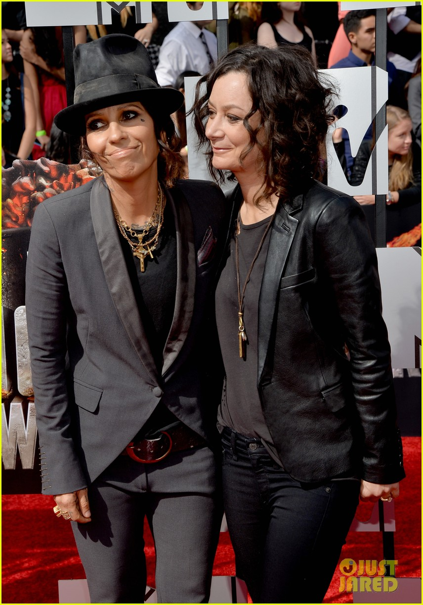sara gilbert linda perry married couple mtv movie awards 2014 073091051