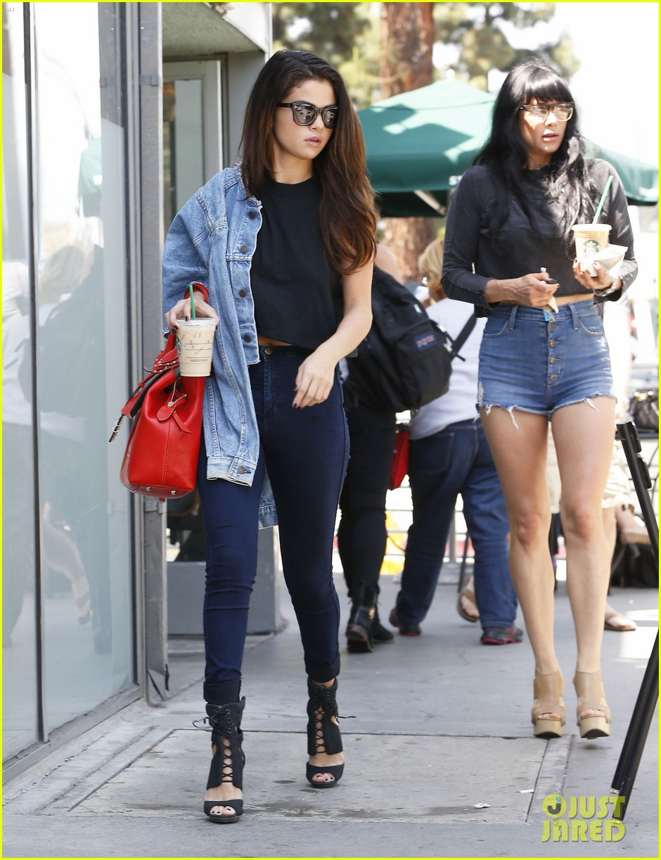 selena gomez spent easter sunday with tons of friends 113096271