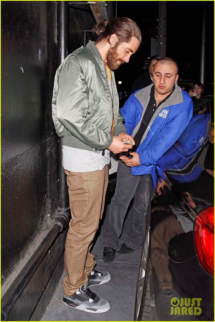 jake gyllenhaal aaron paul are easy on the eyes at arcade fire concert 01