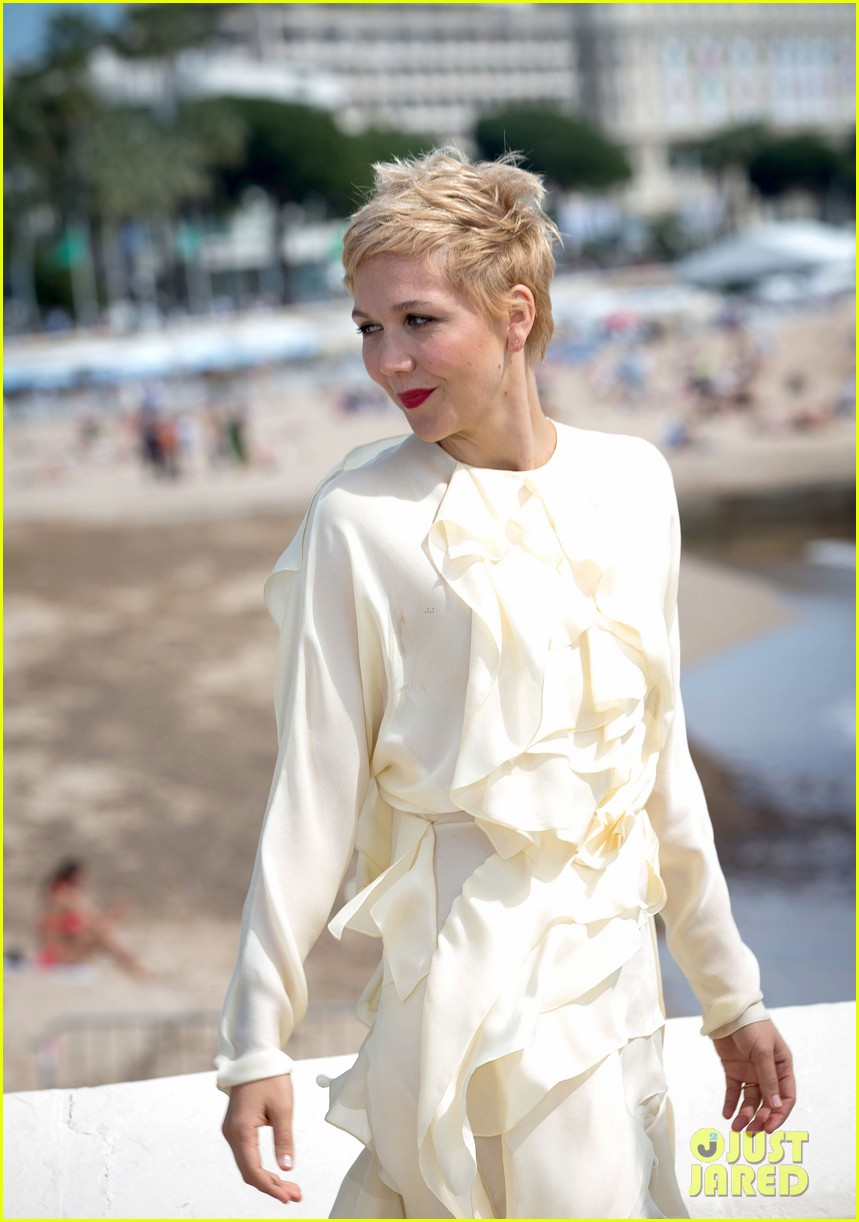 maggie gyllenhaal debuts blonde pixie cut 04