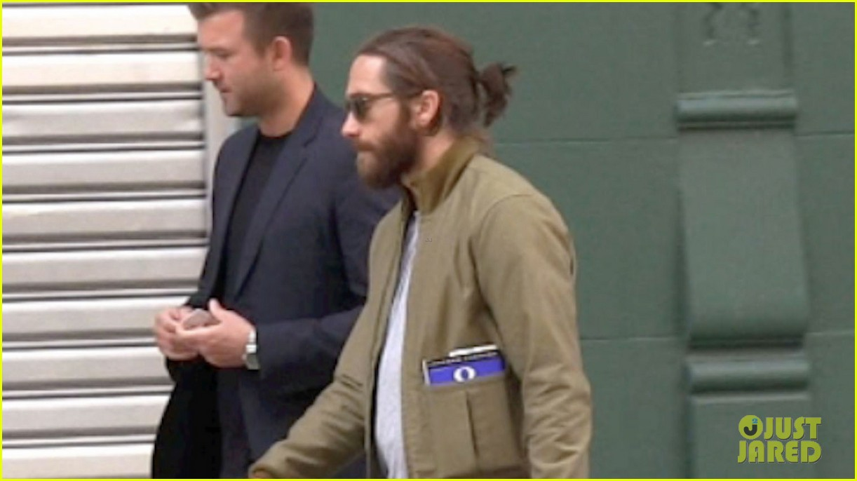 jake gyllenhaal is back in nyc still sporting his scruffy beard 033101627