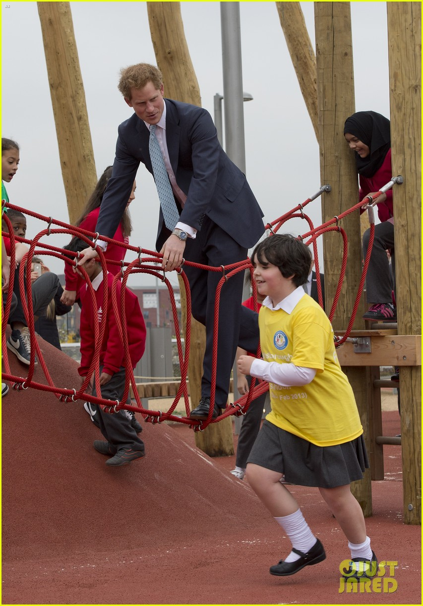 prince harry playing with kids at a playground 04