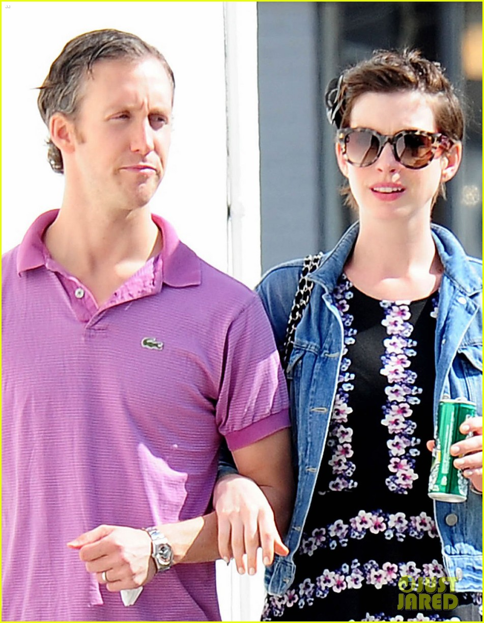 anne hathaway was blushing from william compliments 02