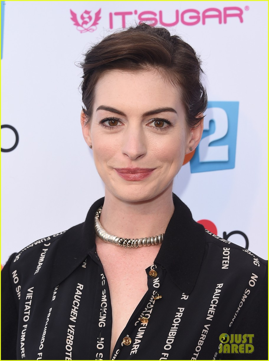 anne hathaway promotes no smoking on the red carpet 10