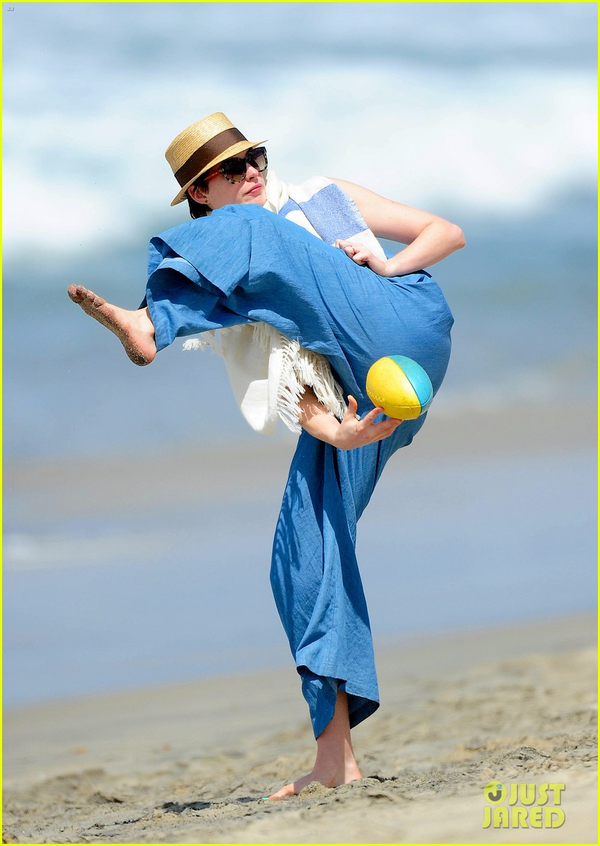 anne hathaway masters under the leg football toss 02