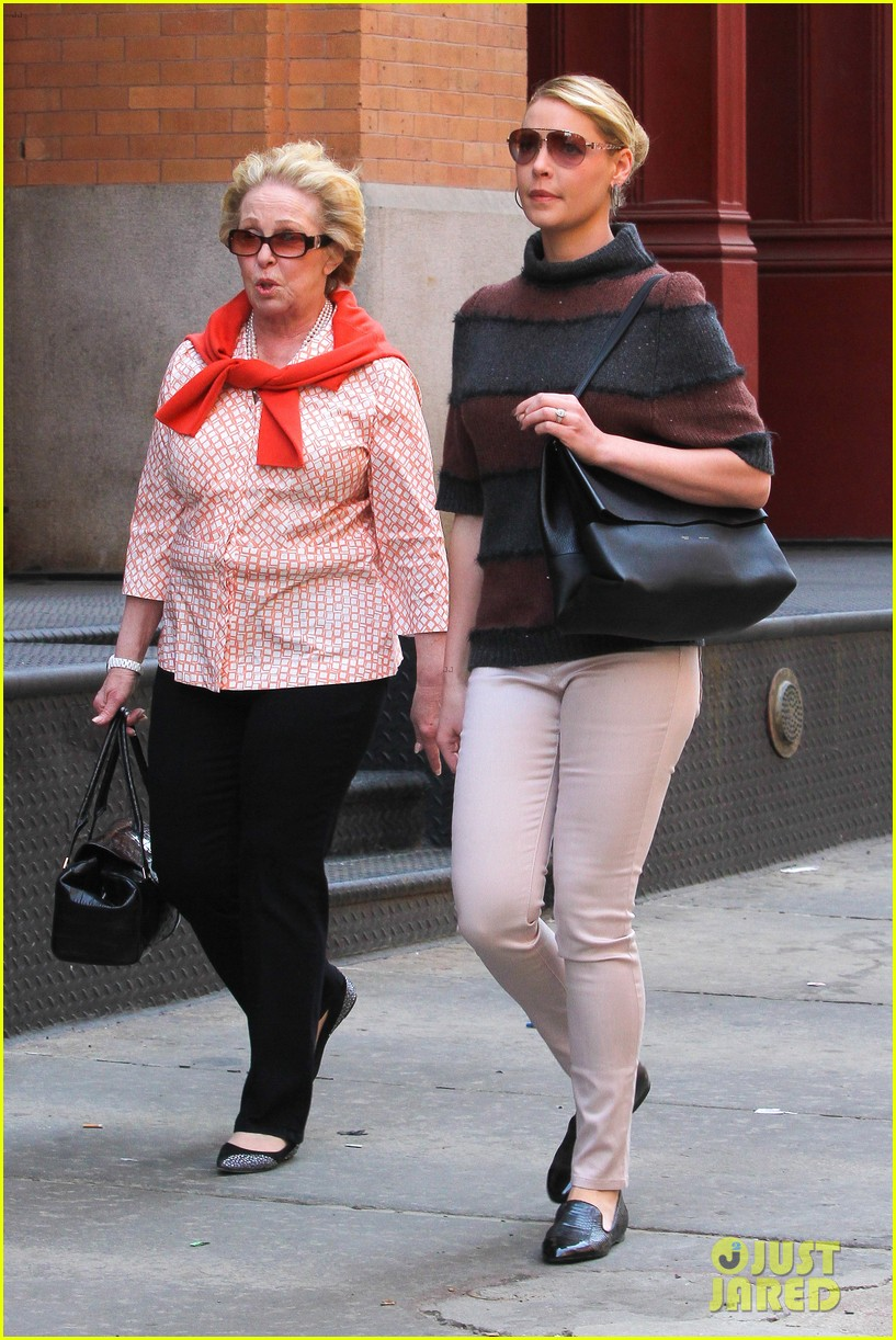 katherine heigl ventures off with mother after wrapping up state of affairs pilot 05